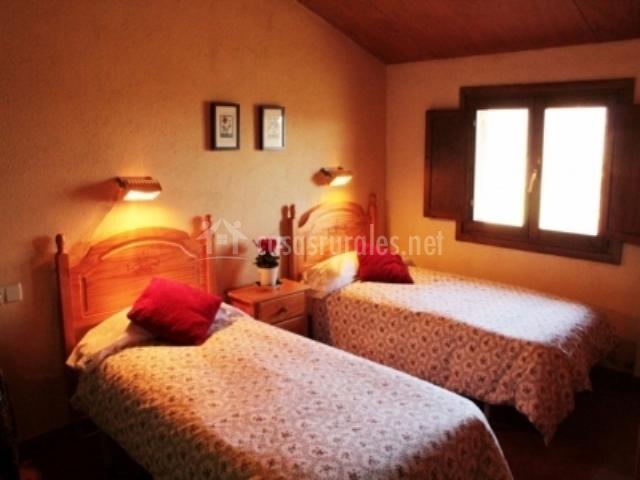 Dormitorio para dos personas con camas individuales