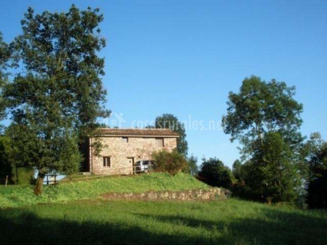 Vista general de la casa y los campos de alrededor
