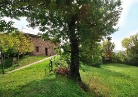 Vista de los jardines y acceso al alojamiento