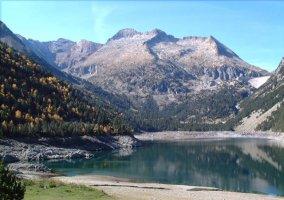 Laguna entre los picos de los Pirineos