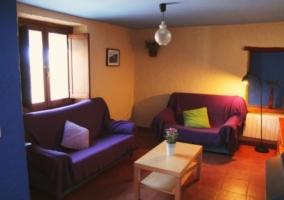 Sala con sofá y sofácama doble