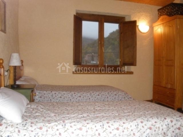 Dormitorio doble con armario delante de las camas