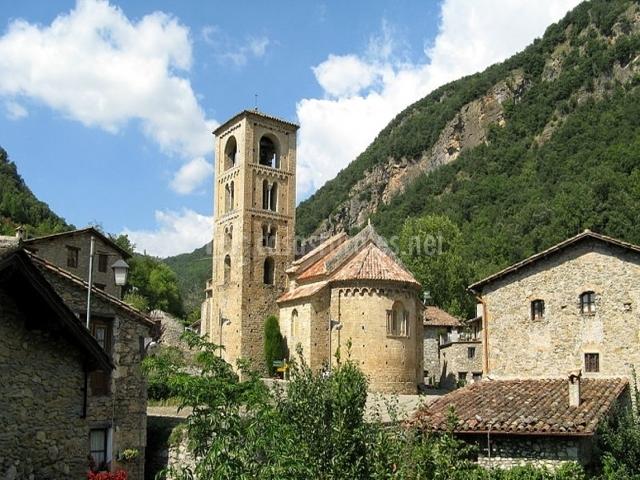 Iglesia y casas del pueblo de Rocabruna