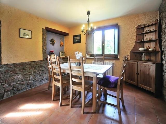 Mesa de comedor junto a la alacena y la ventana