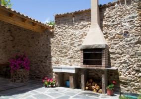 Preciosa terraza con paredes distintas