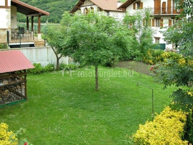 Aztieta en pueblo leiza leitza navarra for Casa rural con jardin