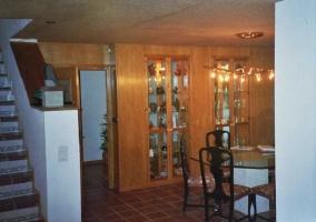Entada a la vivienda con comedor de madera
