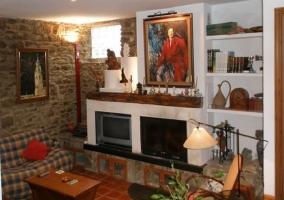 Salón con chimenea y muros de piedra
