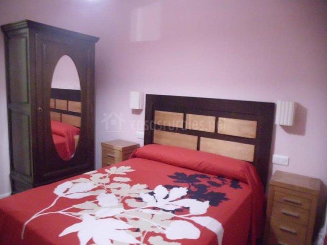 Cama de matrimonio roja con armario de espejo