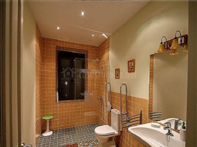 Cuarto de baño con amplísima ducha
