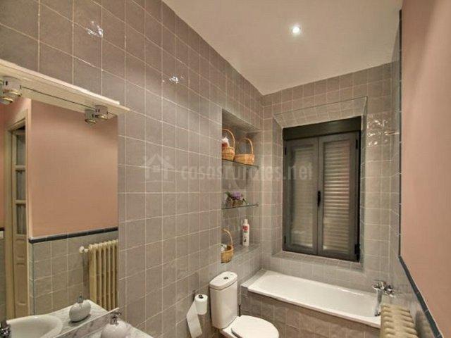 Cuarto de baño en grises y rosa