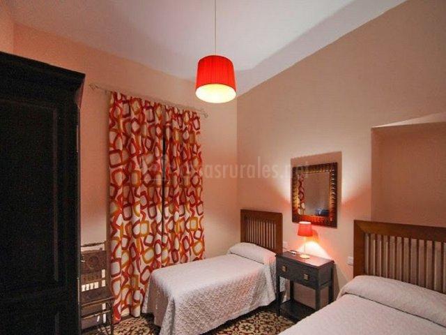Dormitorio doble en naranjas