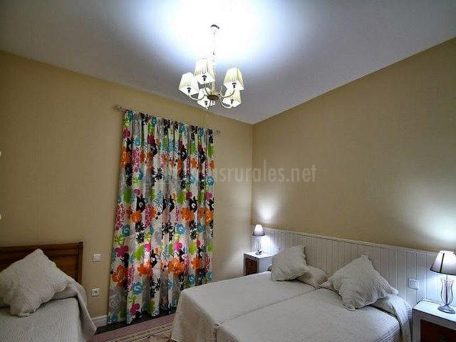 Dormitorio triple con cortinas de colores