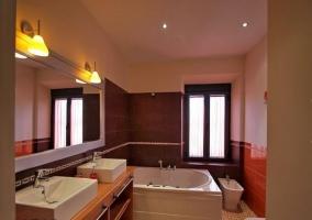 Cuarto de baño con lavabo doble e hidromasaje