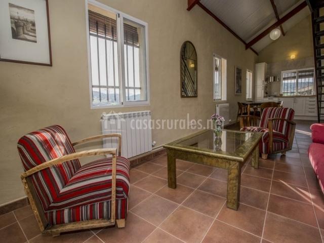 Salón de la casa con sofás rojos