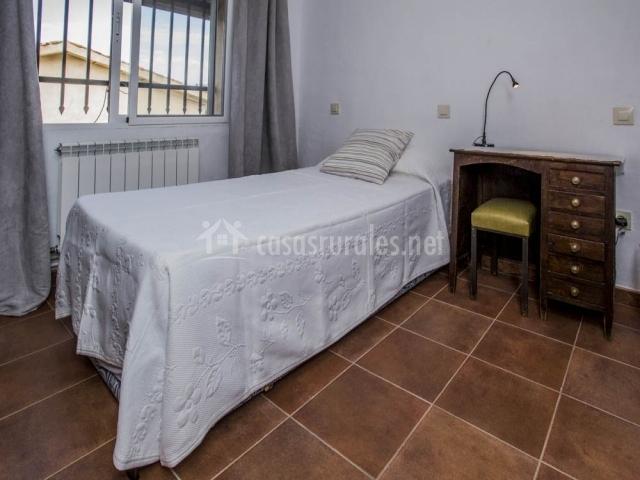 Una de las habitaciones dobles con camas individuales