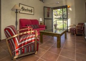 Hay sillones y sofás a la entrada de la casa