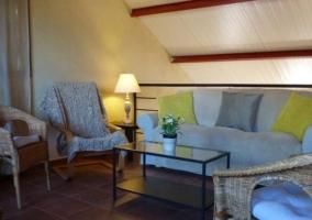 Sala de estar con sillas de mimbre
