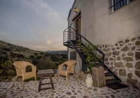 Terracita de la casa con sillas de mimbre