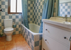 Cuarto de baño con bañera en azul y blanco