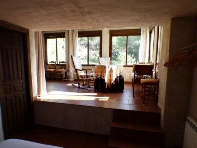 Dormitorio de matrimonio con vistas de la sala de estar