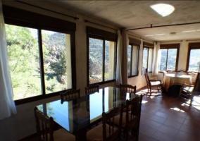 Sala de estar y comedor junto a la ventana