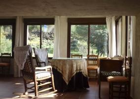 Salón con grandes ventanales y vistas al entorno