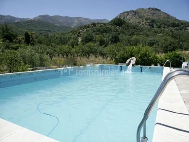 Casa el barranco en navaluenga vila for Piscina natural navaluenga