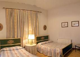 Dormitorio doble con cabeceros de flores