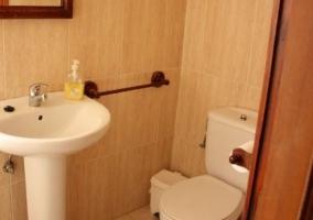 Aseo del alojamiento con inodoro y lavabo