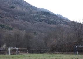 Campo de fútbol en el jardín de la casa
