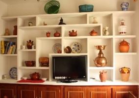 Mueble del salón con el televisor y elementos decorativos
