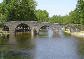 Puente románico sobre el río Alberche