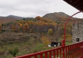Vista de la barbacoa y el jardín desde la entrada de la casa