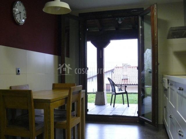 Casa etxeondo en torrano dorrao navarra for Cocinas con salida al patio