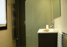 Aseo con ducha y lavabo rectangular
