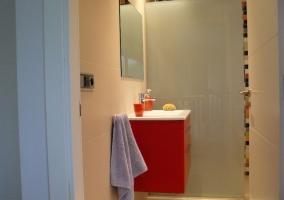Aseo con mueble del lavabo de color rojo