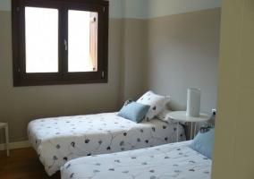 Dormitorio doble con lamparilla en forma de cilindro