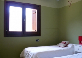 Dormitorio doble con paredes verdes y dos camas