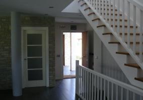 Entrada y recibidor de la casa con escaleras