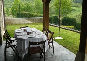 Jardín con porche y muebles de exterior