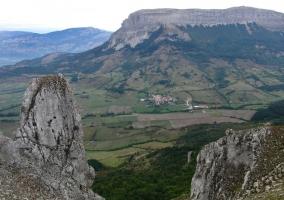 Vista de la Sierra de Urbasa y pueblo