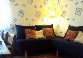 Dormitorio con cortina naranja