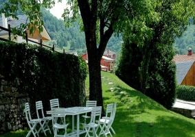 Jardín y mesa con sillas