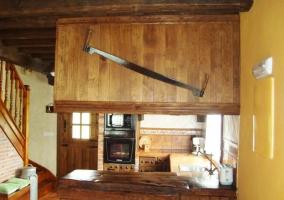 Barra americana de la cocina y escaleras al primer piso