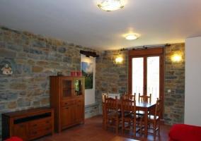 Salón comedor con techo abuhardillado y amueblado