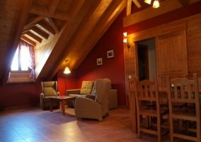 Dormitorio de matrimonio con cama azul y amplia cristalera a terraza
