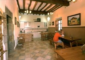 Cocina del alojamiento con mesas y bancos