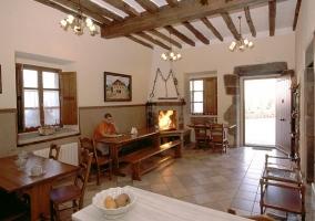 Comedor con mesas de madera y asientos