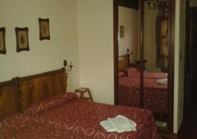 Dormitorio doble con armario con espejo en las puertas